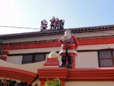 屋根の上のサンタクロース