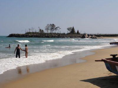 海岸寺院とビーチ