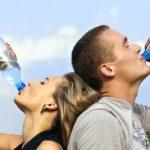ペットボトルの水を飲む
