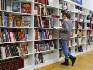 図書館 女性