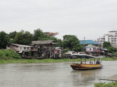 ボートで川を渡る