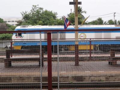 駅に停車する列車