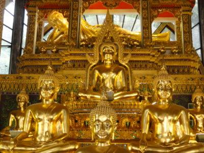 寺院の中の黄金仏像
