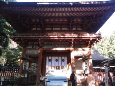 東本宮の楼門