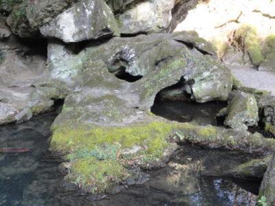 石山寺のくぐり岩