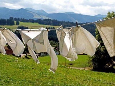 外で洗濯物を干す