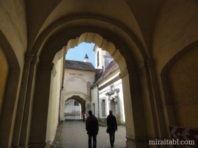 聖三位一体教会の門