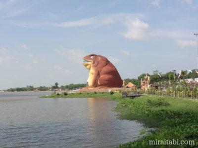ヤソートン公園のカエル像