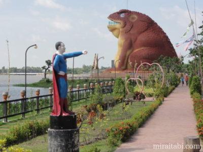 カエル像とスーパーマム