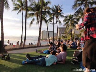 夕日を見る観光客