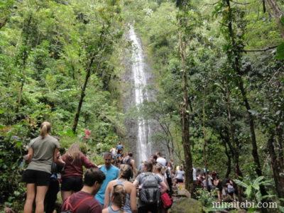 観光客と滝