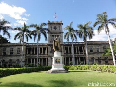 カメハメハ大王像と裁判所