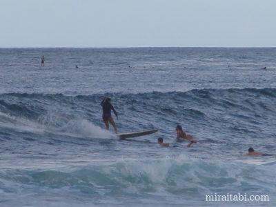 サーフィンを楽しむ人