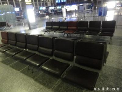 空港の長椅子