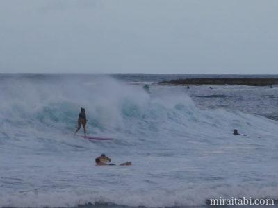 ハレイワでサーフィン
