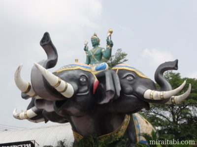 象と神の像