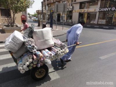 荷物を運ぶ人