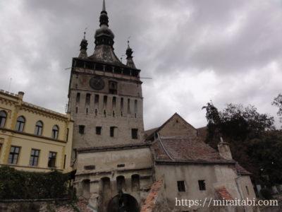 旧市街の入り口と時計塔