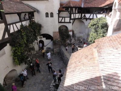 ブラン城の中庭