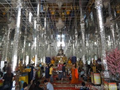 鏡張りの寺院内部