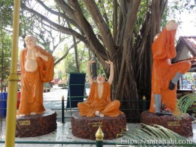 修行僧の像