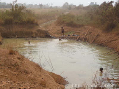 池で遊ぶ子供