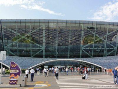 外から見るヘイダル・アリエフ国際空港