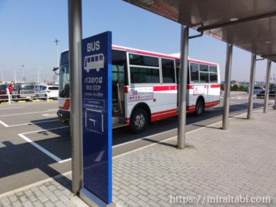 無料シャトルバス乗り場とバス