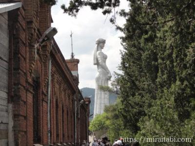 ジョージアの母の像