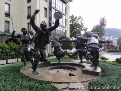 民族ダンスの像
