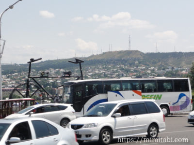 大きな自転車とバス