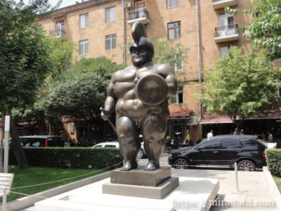 裸の兵士の像