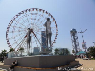 観覧車と大きな人の像