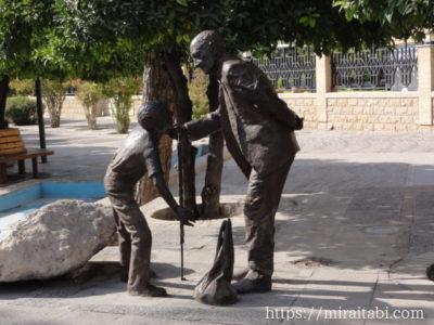 老人と子供の像